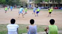 """Góc ảnh: Bóng đá """"phủi""""- niềm đam mê của những chàng trai yêu thể thao"""