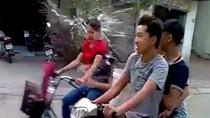 """Phẫn nộ clip ba thanh niên đầu trần """"làm nhục"""" thiếu nữ đi xe đạp"""