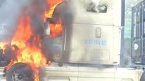Video: Phát hoảng xe container bốc cháy dữ dội trên đường