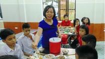 Cô Hoàng Thị Lương hết lòng với học trò khiếm thính