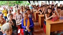 Hàng chục hot girl Việt ứng xử kém cỏi trước các cụ già