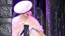 Lady Gaga vác súng cỡ bự lên sân khấu