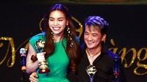Mr Đàm ôm eo Hà Hồ lên nhận giải Mai Vàng