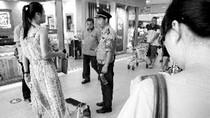 Dân mạng tròn mắt: Cô gái dắt lợn cưng vào Trung tâm Thương mại