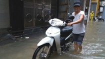 Tổ 44 Yên Hòa ngập trong nước, người dân khốn khổ gấp rút sơ tán đồ đạc