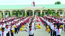 An Giang hướng dẫn học sinh tập thể dục giữa giờ