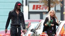 'Ngựa chứng' Balotelli sánh bước bên gái lạ và siêu xe mới