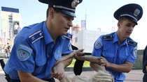Người đẹp ngực trần dùng dùi cui đánh cảnh sát ở chung kết EURO