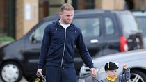 Bắt chước mẹ, cha con Rooney mua sắm tưng bừng
