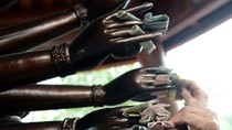 Nhét tiền vào tay tượng Phật làm ô uế chốn linh thiêng