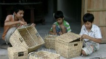 Cậu bé 15 tuổi bán vé số, đan giỏ nuôi 2 em ăn học