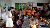 Á hậu trang sức Thái Như Ngọc thăm các cháu tại Lớp học Nhân ái