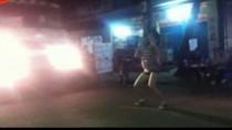 """Video: Hai cô gái """"giật lắc"""" điên cuồng trước đầu xe trộn bê-tông"""