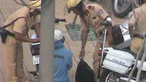 Cô gái trẻ quỳ xuống đường, chắp lạy van xin… CSGT