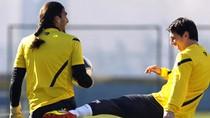 """Bị """"giỡn mặt', Messi tung cước vào mông đồng đội"""