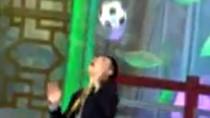 Tròn mắt trước màn tâng bóng bằng đầu điệu nghệ của Tự Long
