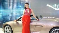 Á hậu Thùy Trang 'đứng canh' Audi R8 Spyder