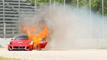 Thêm một Ferrari 599XX Evolution bốc cháy ngùn ngụt trên đường
