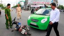 Đà Nẵng: Xe máy vượt đèn đỏ bị taxi tông trực diện, lái xe gãy chân