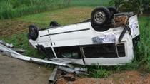 Xe ôtô 16 chỗ rơi xuống cầu Cháy, 8 người thoát nạn