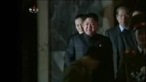VIDEO: Đại tướng Jong Un khóc nghẹn bên linh cữu cha