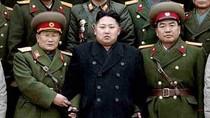 Kim Jong Un chụp ảnh thân mật với cấp dưới
