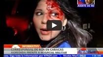 Video: Phóng viên bị đánh chảy máu đầu khi tiếp cận nơi Chavez qua đời