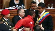 Maduro bị cướp micro trong lễ tuyên thệ nhậm chức Tổng thống Venezuela