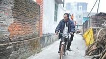 Người đàn ông mù ở Hà Nội biết đi xe đạp và có… 10 vợ