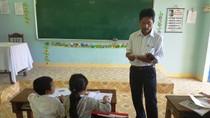 Gặp thầy giáo Cơ Tu suýt bị dân làng chôn sống giữa Trường Sơn