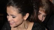 Justin Bieber trốn sau lưng Selena Gomez