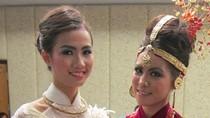 Phan Thị Mơ và thí sinh Miss Earth diễn trang phục dân tộc