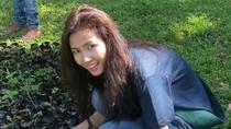 Phan Thị Mơ trồng cây bảo vệ môi trường