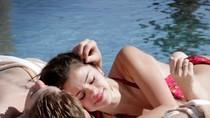 Selena - Justin quấn quýt bên hồ bơi