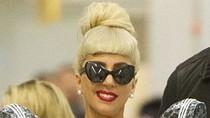 Tokyo giá rét, Lady Gaga vẫn khoét sâu cổ áo