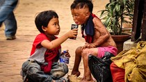 Tình bạn chân thành 2 cậu bé chấn động lòng trắc ẩn dân mạng