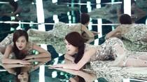 Hoàng Thùy Linh mặc váy mỏng nằm trước gương
