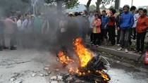 Chùm ảnh: Đang lưu thông, xe Atllila bốc cháy ngùn ngụt trên phố (HN)