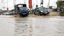 """Hai ngày sau trận mưa người dân Thủ đô vẫn phải """"bơi"""" trên đường"""