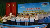 Vinamilk trao tặng 70 chiếc thuyền cứu hộ cho các tỉnh miền Trung