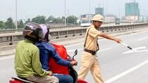 Chùm ảnh: Xe máy hiên ngang vi phạm đi vào đường cao tốc trên cao