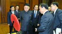 Đặc sứ Trung Quốc tặng quà cho ông Kim Jong-un