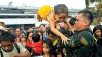 Video: Hải quân Philippines điều chiến hạm sơ tán dân khỏi Tacloban