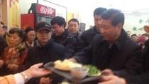 Video: Tập Cận Bình xếp hàng vào quán ăn bình dân, tự lấy ví trả tiền