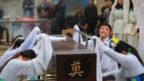 Ảnh: Nghề khóc thuê đám ma kiếm tiền hơn công chức ở Trung Quốc