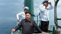 """Ảnh: Kim Jong-un cưỡi tàu ngầm rỉ sét """"made in China"""" ra biển"""