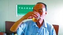 """""""Hội trưởng nước tiểu"""" Trung Quốc: Chưa uống nước tiểu đừng phát biểu!"""