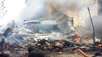 Ảnh: Máy bay quân sự Indonesia đâm vào khu dân cư bốc cháy dữ dội