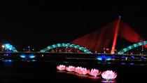 """7 """"bước đi của đức Phật"""" rực sáng trên sông Hàn"""