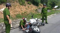 Đuổi theo xe vi phạm, CSGT bị hất văng xuống đường